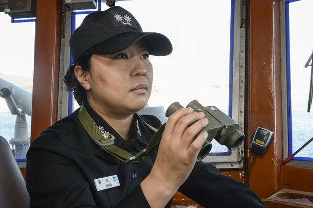 [서울=뉴시스] 12월 21일, 여군 최초 전방해역을 수호하는 1,000톤급 초계함 원주함장으로 취임한 홍유진 중령이 함교에서 함정을 지휘하고 있다.2020.12.21. (사진=해군 제공)