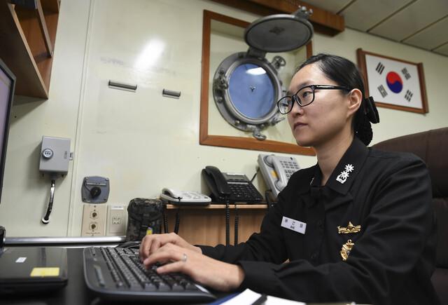 [서울=뉴시스] 2,600톤급 기뢰부설함 원산함장 배선영 중령이 함장실에서 업무를 보고 있다. 2020.12.21. (사진=해군 제공)