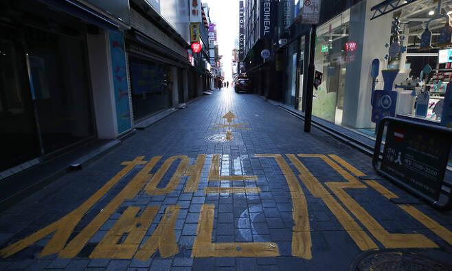 지난 17일 서울 명동거리가 한산한 모습을 보이고 있다. 연합뉴스