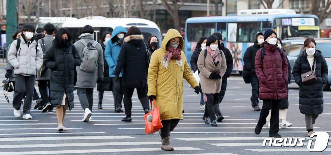 일년 중 밤이 가장 긴 절기인 동지(冬至)를 맞은 21일 오전 서울 종로구 광화문 네거리에서 두꺼운 겨울옷을 챙겨입은 시민들이 출근길 발걸음을 재촉하고 있다. 이날 서울 지역 아침 최저기온은 영하 6도를 기록했다. 2020.12.21/뉴스1 © News1 민경석 기자