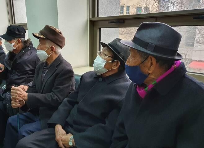 지난 14일 제주4·3 수형행불인 재심청구소송이 열리는 제주지방법원에서 기다리는 재심청구인들.