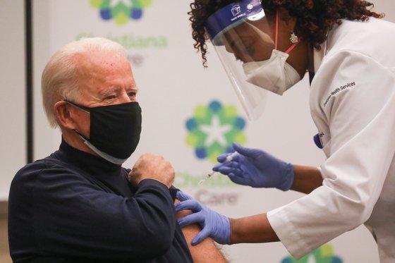 조 바이든 미국 대통령 당선인이 21일(현지시간) 델라웨어 뉴어크 소재 크리스티애나케어 병원에서 화이자의 신종 코로나바이러스 감염증(코로나19) 백신을 접종 받고 있다. [로이터=연합뉴스]