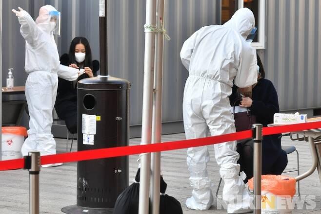 21일 오후 서울시청 앞 광장에 마련된 중구 임시 선별검사소에서 시민들이 검사를 받기 위해 줄을 서 대기하고 있다. 박태현 기자
