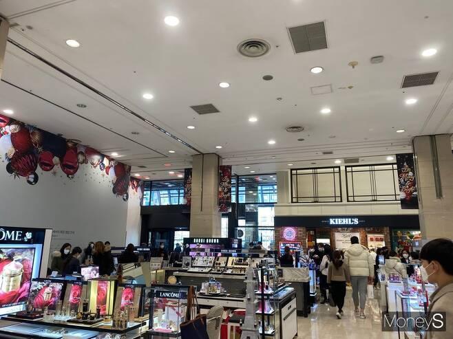 지난 20일 신세계백화점 강남점 1층에 들어서자마자 웅성웅성하는 소리가 백화점을 가득 메웠다. /사진=정소영 기자