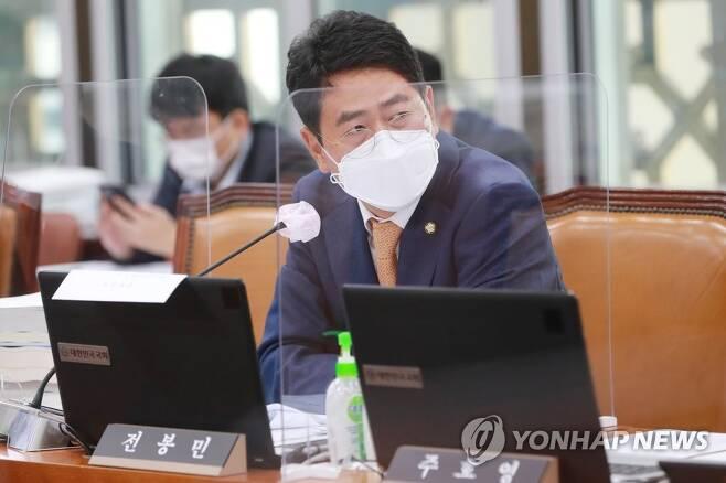 질의하는 전봉민 의원 [연합뉴스 자료사진]