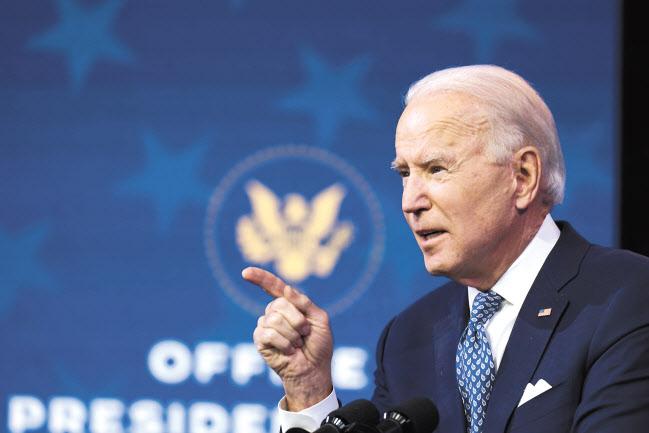 조 바이든 미국 대통령 당선인이 22일(현지시간) 성탄절을 앞두고 델라웨어주 윌밍턴에서 한 회견에서 미 의회가 추가 부양책을 논의해야 한다고 강조하고 있다. [AP]