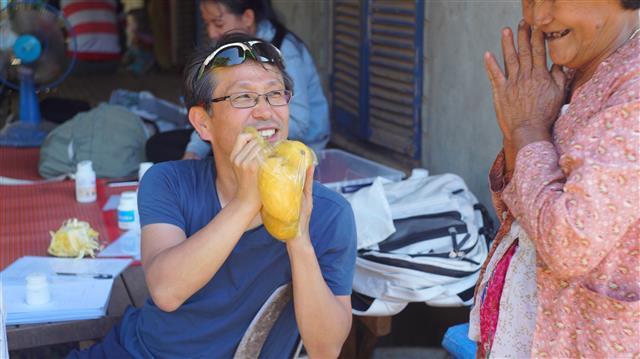 정신과 의사 안병은씨는 비정부기구(NGO) '세계의 심장' 상임이사로서 코로나19가 터진 올해 1월 전까지 매달 캄보디아에서 중증 정신질환자를 치료하는 봉사활동을 했다.