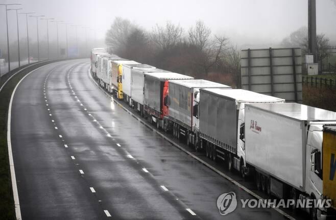 '변종 코로나19' 여파로 멈춰 선 도버해협행 화물 트럭들 (켄트 EPA=연합뉴스) 21일(현지시간) 영국 남동부 도시 켄트의 M20 고속도로에 도버해협으로 향하는 화물 트럭들이 멈춰 서있다. 프랑스는 영국에서 급속히 확산하는 변종 신종 코로나바이러스 감염증(코로나19)의 유입을 우려해 이날 오전 0시를 시작으로 48시간 동안 영국발 모든 입국을 차단했다. 이에 따라 도버항과 유로터널을 통한 영국발 유럽대륙행 화물운송도 모두 중단됐다. knhknh@yna.co.kr