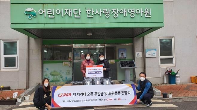 23일 한사랑장애영아원에 후원금을 전달한 이영미 KLPGA 부회장(뒷줄 오른쪽). [KLPGA 제공. 재판매 및 DB 금지]