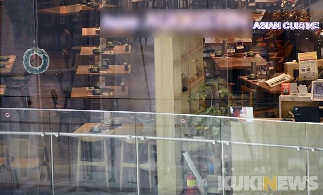 수도권 5인 이상 집합금지 행정명령 시행 첫 날인 23일 오후 서울 영등포동 타임스퀘어 내부 식당가가 한산한 모습을 보이고 있다. 박태현 기자