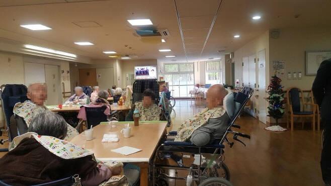 우리보다 앞서 초고령사회에 진입한 일본은 치매가 국가건강관리의 최대 현안이 되고 있다. 사진은 일본 히로시마현의 한 요양병원 치매환자들.