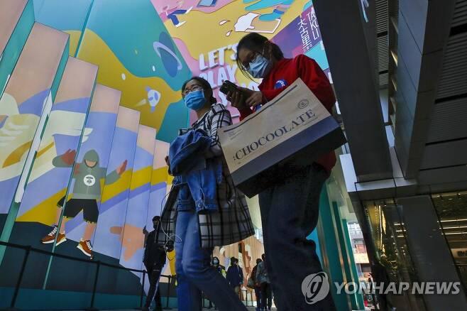 마스크 쓴 베이징 시민들 [AP=연합뉴스 자료사진]