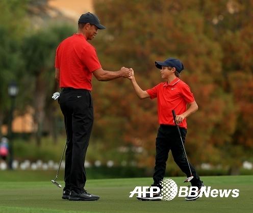 미국프로골프(PGA) 챔피언스투어 이벤트 대회인 PNC 챔피언십에 출전한 팀 우즈(타이거 우즈, 찰리 우즈)가 최종 2라운드에서 경기하는 모습이다. 사진제공=ⓒAFPBBNews = News1