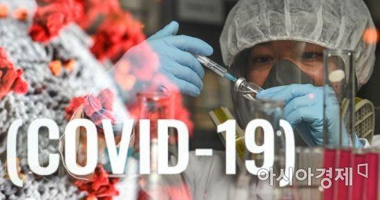 지난 10일 충북 제천 엔지켐생명과학 중앙연구소에서 연구원이 신종코로나바이러스감염증(코로나19) 치료제 연구에 몰두하고 있다./강진형 기자aymsdream@