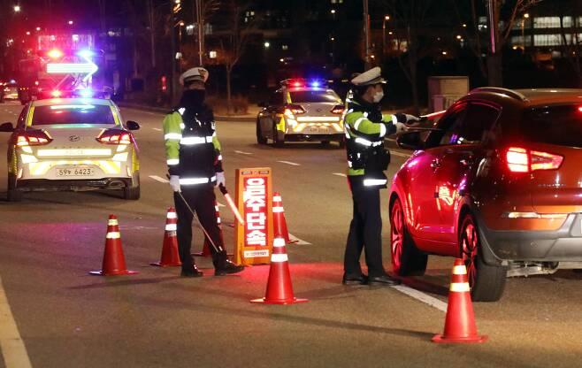 신종 코로나바이러스 감염증(코로나19) 확산으로 사회적 거리두기가 2.5단계로 격상된 가운데 8일 오후 인천지방경찰청 연수경찰서 경비교통과 경찰들이 인천시 연수구 국제업무지구역 도로에서 음주운전 단속을 하고 있다. 2020.12.08./뉴시스