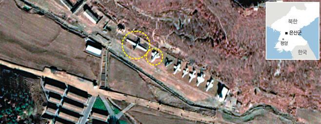 최근 평안남도 은산군에 위치한 북한 특수부대 훈련장 위성사진. 우리 군 고고도무인정찰기 글로벌호크(왼쪽), F-35A 전투기와 모양과 크기가 유사한 모형이 들어서 있다. 구글어스 위성사진 캡처
