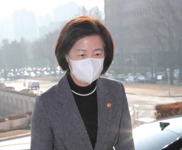 추미애 법무부 장관이 24일 정부과천청사로 출근하고 있다. 연합뉴스