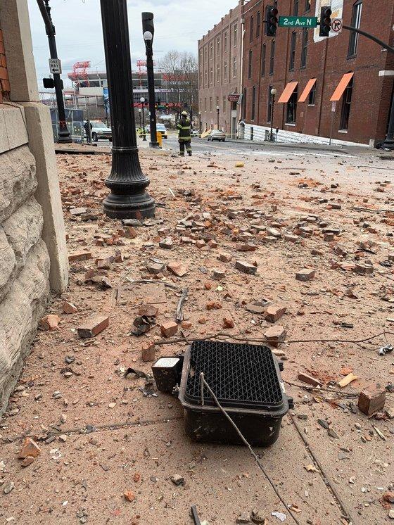 미국 내슈빌 소방 당국이 공개한 폭발 현장. 내슈빌 중심가인 2번가에 깨인 벽돌과 부숴진 신호등이 널려 있다. [AFP=연합]
