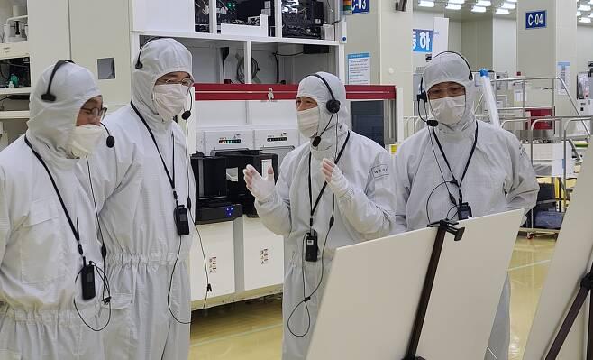 이재용(왼쪽 두번째) 삼성전자 부회장이 30일 오후 삼성전자의 자회사이자 반도체 장비업체인 세메스 천안사업장을 찾아 반도체, 디스플레이 제조 장비를 생산하는 공장을 살펴보고 있다.삼성전자 제공