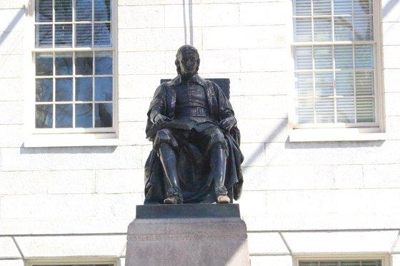 미국 보스톤 하버드대 안에 있는 창립자 존 하버드 동상. 강현효 기자