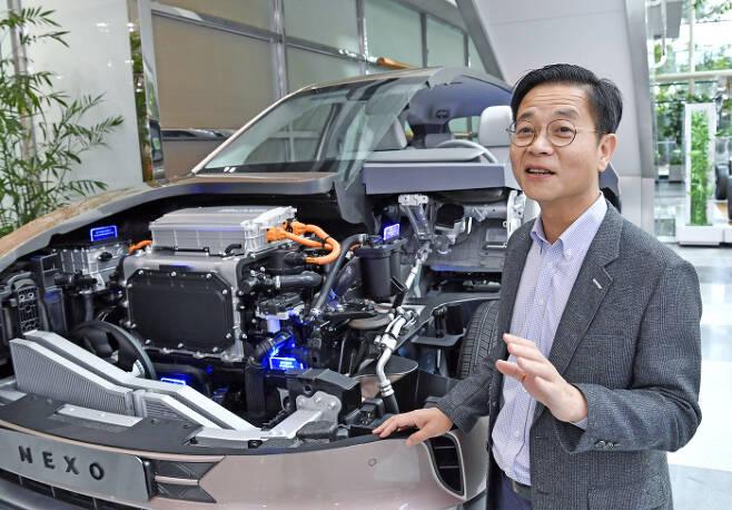 김세훈 현대차 연료전지사업부장(부사장)이 수소전기차 넥쏘 옆에서 수소 에너지 역할에 대해 설명하고 있다. 현대차 제공
