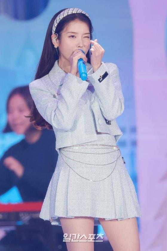 Singer IU is performing a celebration after winning the main prize in the 35th 2021 Golden Disk Awards with Curaprox digital sound recording category held at KINTEX in Daehwa-dong, Goyang-si, Gyeonggi-do on the afternoon of the 9th.35th 2021 Golden Disk Awards with Curaprox will be broadcast on JTBC, JTBC2 and JTBC4.01. 09/