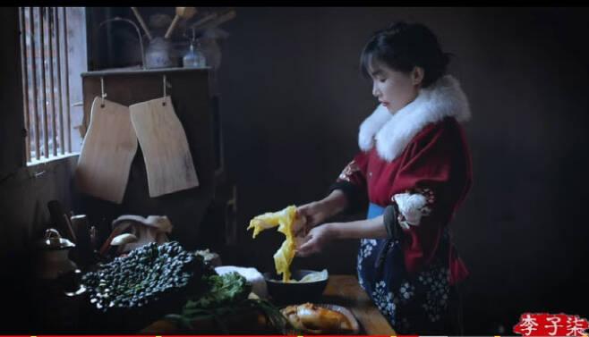 중국 전통문화와 농촌 일상을 소개하는 중국 유명 유튜버 리쯔치가 김치를 중국전통음식으로 소개해 논란이다.(사진=리쯔치 유튜브 영상 캡처)