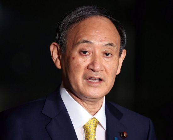 """스가 요시히데 일본 총리가 8일 도쿄의 총리 관저에서 기자단과 문답을 하고 있다. 스가 총리는 한국 법원의 일본군 위안부 피해자 배상 판결에 대해 """"결코 수용할 수 없다""""고 밝혔다. [이미지출처=연합뉴스]"""