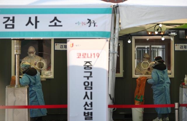 연일 강추위가 이어지고 있는 10일 서울역 광장에 마련된 코로나19 임시 선별검사소가 비교적 한산하다.       이날 코로나19 신규 확진자 수는 사흘 연속 600명대를 유지했다./연합뉴스