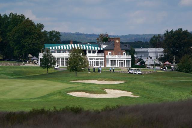 지난해 10월 미국 뉴저지주 베드민스터의 트럼프 내셔널 골프 클럽에서 선수들이 라운딩을 하고 있다. 베드민스터=AP 연합뉴스