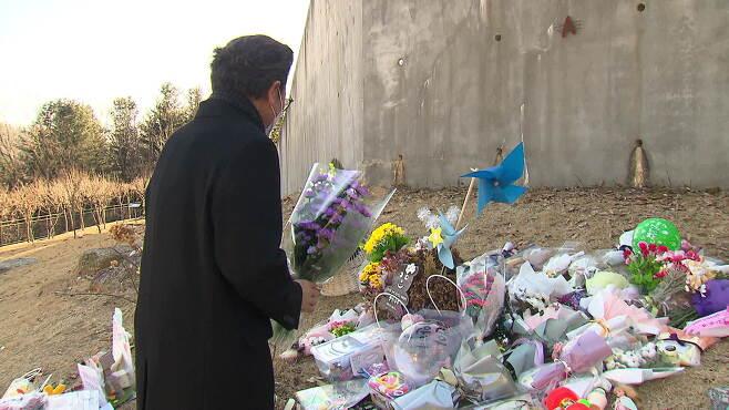 오창화 전국입양가족연대 대표가 지난 6일 정인이 묘소에 꽃을 놔두고 있다.