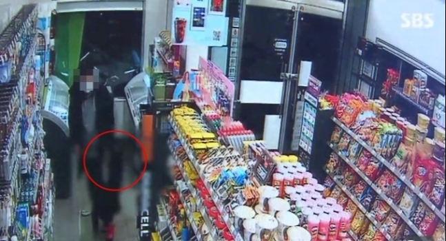 한파가 심했던 지난 8일 서울 강북구의 한 편의점에서 내복 차림으로 발견된 A(7) 양의 CCTV 모습. [SBS 방송화면 캡처]