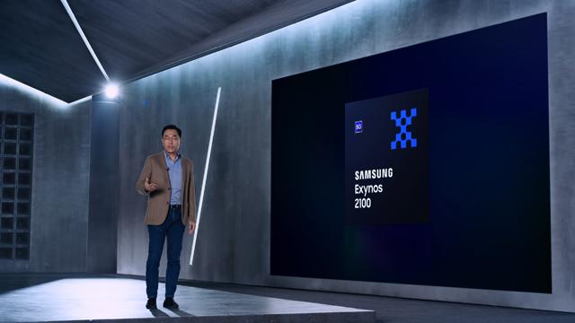 강인엽 삼성전자 시스템LSI사업부장(사장)이 '엑시노스 2100'을 소개하고 있다. /삼성전자 제공
