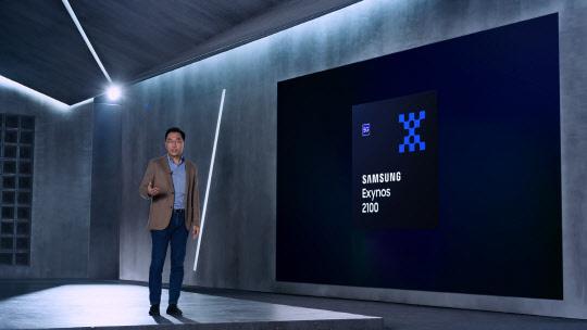12일 오후 유튜브 채널로 방송한 삼성전자 모바일 AP 엑시노스 2100 출시 행사에서 강인엽 삼성전자 시스템LSI 사업부장 사장이 제품을 소개하고 있다. <삼성전자 제공>