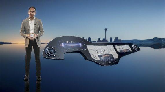 11일(현지시간) CES 2021에서 사자드 칸 벤츠 CTO(최고기술책임자)가 차세대 MBUX 하이퍼스크린에 대해 설명하고 있다.