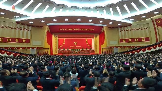 지난 5일 평양 4.25문화회관에서 열린 노동당 제8차 당대회. 김정은 위원장이 입장하자 참석자들이 박수를 치며 환호하고 있다. 역시 마스크는 아무도 쓰지 않았다. 연합뉴스