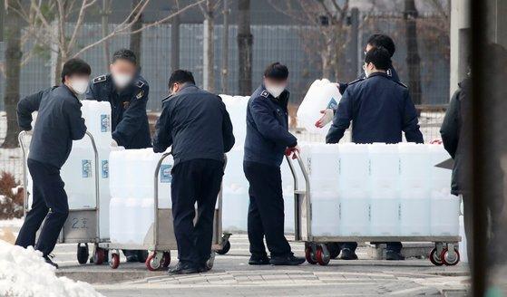 신종 코로나바이러스 감염증(코로나19) 집단감염 사태의 중심에 있는 서울동부구치소에서 여덟 번째 전수검사를 위해 직원들이 소독제품을 나르고 있다. 뉴스1