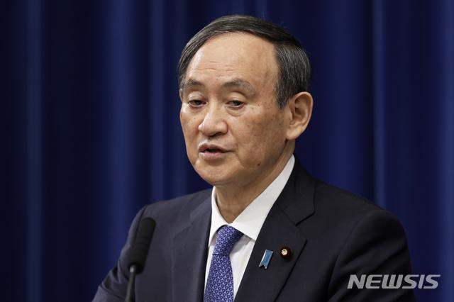 [도쿄=AP/뉴시스] 스가 요시히데 일본 총리가 지난 7일 도쿄 총리 관저에서 기자회견을 하고 있다. 그는 12일 아사히 신문과의 인터뷰에서 긴급사태를 선포한 지역에서 방역조처를 위반할 경우 처벌하는 방안을 검토 중이라고 밝혔다. 2021.1.12.