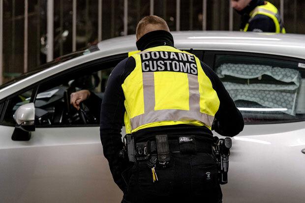 6일(현지시간) 네덜란드 세관원들이 후크반홀란드 항구에서 영국발 입항자들을 검문 검색하고 있다./사진=EPA 연합뉴스