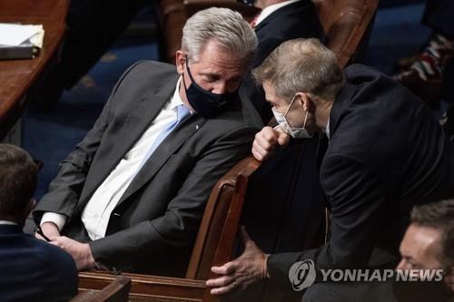 동료 의원과 얘기하는 케빈 매카시 의원 [AP=연합뉴스 자료사진]