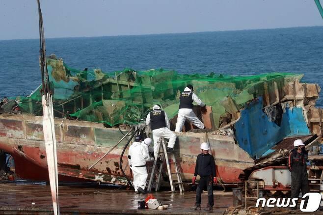 진나 4일 제주 해상에서 전복사고가 발생한 어선 32명민호(39톤·한림선적)의 선미(배 뒷부분) 인양 작업이 완료됐다. 2021.1.4/뉴스1 © News1 오현지 기자