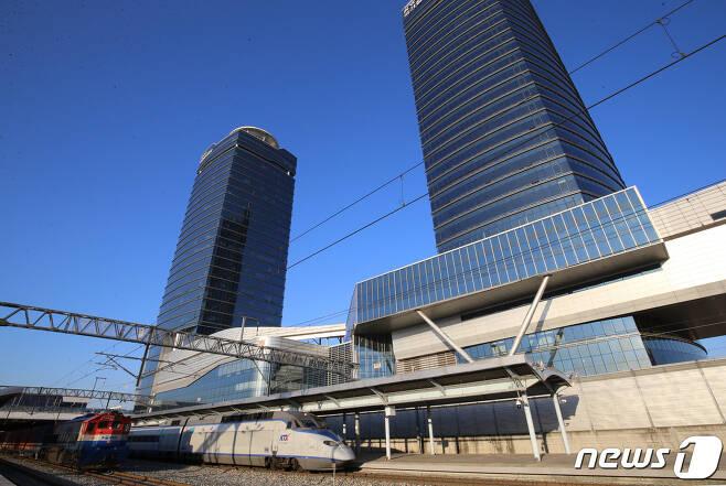열차 뒤로 보이는 건물이 한국철도공사 본사 사옥.2020.12.17/뉴스1 © News1 김기태 기자
