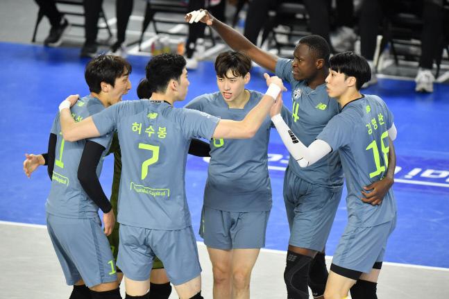 현대캐피탈 선수들이 13일 천안유관순체육관에서 열린 V리그 남자부 삼성화재와 경기에서 득점 후 함께 기뻐하고 있다. 제공 | 한국배구연맹