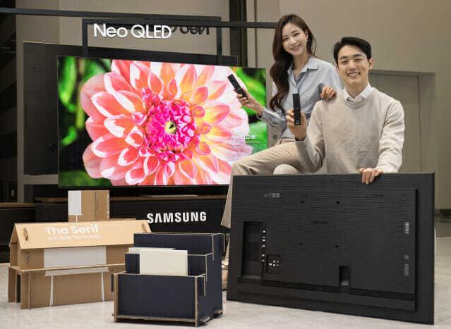 삼성전자 모델이 수원 삼성 디지털시티에서 2021년 신제품 Neo QLED TV와 새롭게 적용된 솔라셀 리모컨, 에코 패키지를 소개하고 있다. (사진=삼성전자)