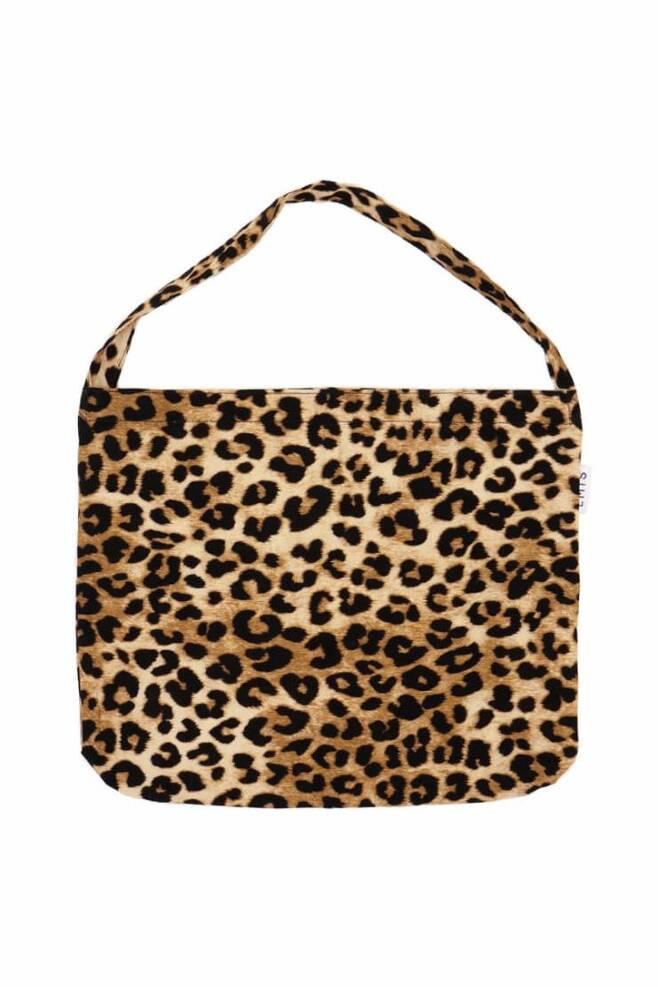 그녀의 호피 무늬 가방은 이미스(EMIS) 제품. 가격 3만 2천 원.