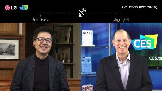 박일평(왼쪽) LG전자 사장과 게리 샤피로 CTA(미국소비자기술협회) CEO가 12일(미국 현지시간) 진행된 LG 미래기술대담에서 대화를 나누고 있다. <LG전자 제공>