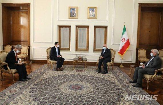 [테헤란=AP/뉴시스] 모하마드 자바드 자리프 외무장관이 지난 11일(현지시간) 테헤란에서 최종건 외교부 1차관이 이끄는 한국 대표단을 만나 대화를 나누고 있다. 자리프 장관은 이 자리에서 한국에 동결된 자국 자금 문제의 해결을 촉구했다. 2021.01.12 /사진=뉴시스