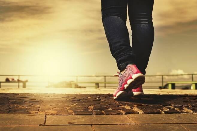 가장 쉽게 할 수 있는 운동은 빠르게 걷기다. 픽사베이