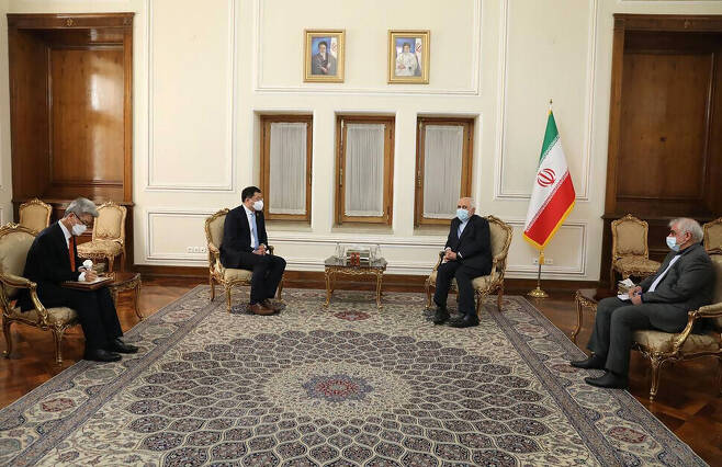 First Vice Minister of Foreign Affairs Choi Jong-kun and Iranian Foreign Minister Mohammad Javad Zarif in Tehran on Jan. 10. (AP/Yonhap News)