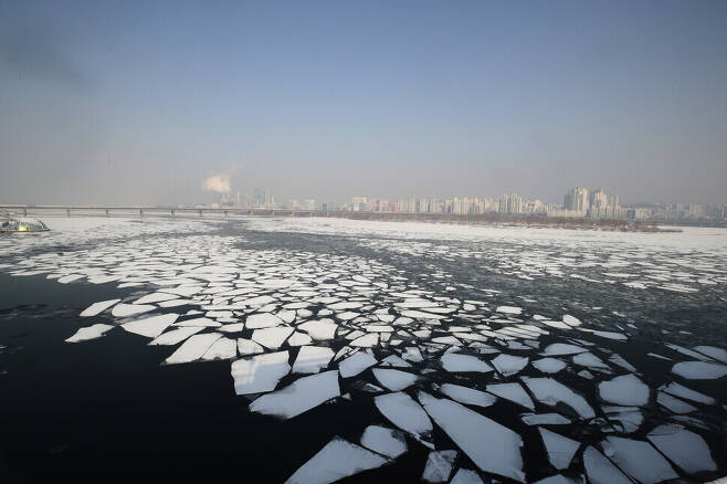 The Han River melts under a hazy sky filled with ultrafine particles on Jan. 13. (photos by Baek So-ah)
